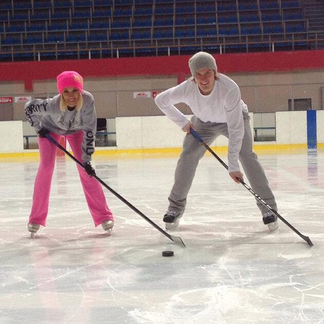 Лера Кудрявцева и Игорь Макаров играют в хоккей