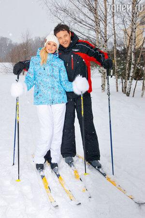 Саша Савельева и Кирил Сафонов катаются на лыжах