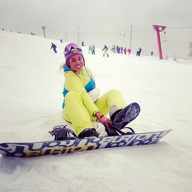Корнелия Манго  катается на сноуборде