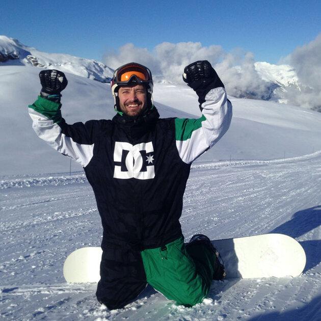 Владмир Кристовский катается на сноуборде