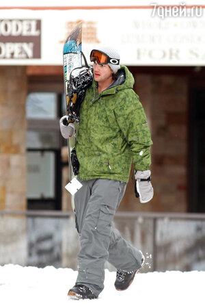 Эштон Катчер катается на сноуборде