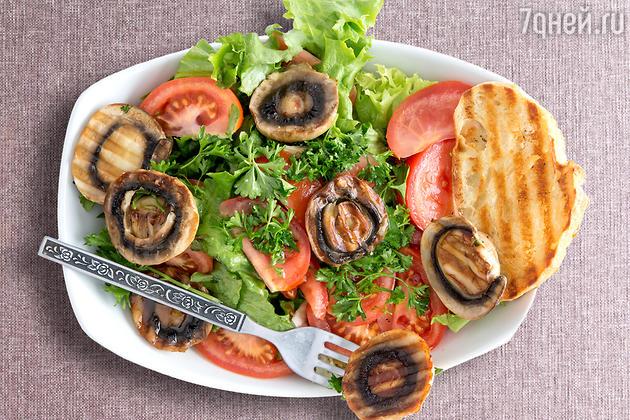 Жареные шампиньоны с зеленым салатом: рецепт основного блюда