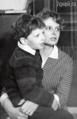 Миша Ширвиндт с мамой Наталией Николаевной. 1967 г.