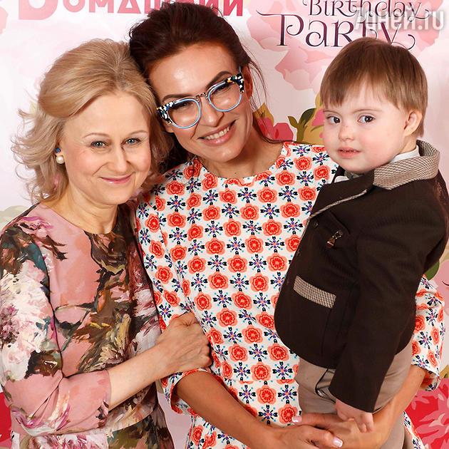 Дарья Донцова и Эвелина Блёданс с сыном Семеном
