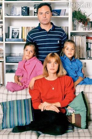 Родион Нахапетов и Вера Глаголева с детьми — Аней и Машей