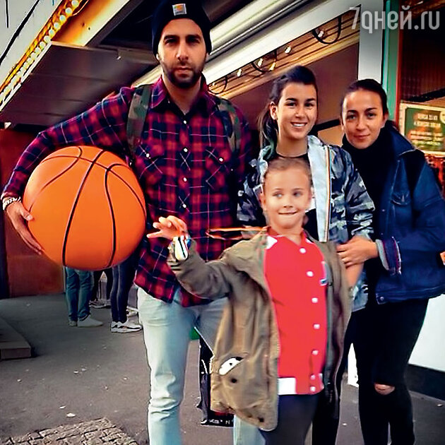 Иван Ургант сженой и дочерьми Эрикой и Ниной. 2015 г.