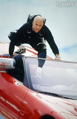 Продюсеры запрещали Вину рисковать, он с серьезным видом кивал бритой головой, но перед съемкой очередного трюка просачивался на площадку. Кадр из фильма «Три икса», 2002 г.
