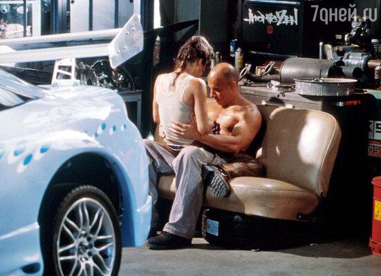 У Вина случались романы на съемочных площадках — к примеру, с партнершей по первому «Форсажу» Мишель Родригес (на фото). Кадр из фильма «Форсаж», 2001 г.
