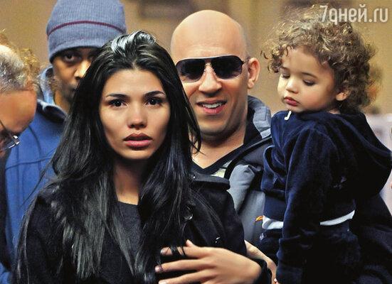 Паломе удалось рассмотреть за героем боевиков сентиментального романтика. Вин Дизель с женой и дочерью в аэропорту Лос-Анджелеса, 2009 г.
