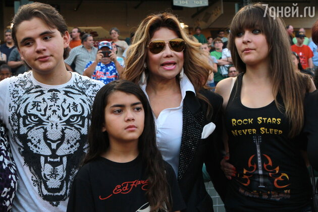 Дети Майкла Джексона с тетей ЛаТойа Джексон