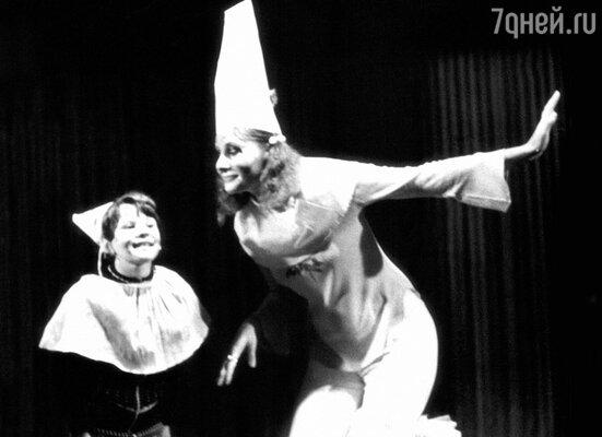 С мамой Аллой Семеновной на репетиции в детской театральной студии. 1978 г.