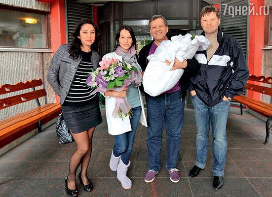 Мама Анны  Алла Анатольевна, Анна, Борис Грачевский с новорожденной Василисой на руках,  его сын Максим