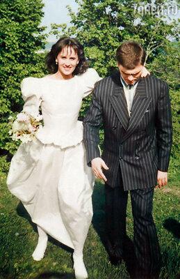 Свадебный наряд я  сочинила сама — платье  из парчи, с пышными  рукавами и огромной юбкой.  Колю нарядила в костюм киношного мафиози