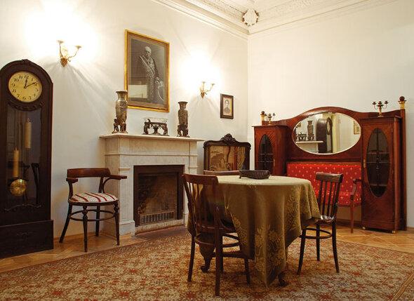 В доме номер 6 по Борисоглебскому переулку Марина Цветаева жила вплоть до 1922 года, до своего отъезда из России. Во время революции уютное жилье, по ее словам, сперва превратилось в пещеру, а потом — в трущобу