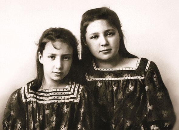 В юности Марина Цветаева, беспокойная и язвительная барышня, доставляла домашним немало хлопот. В ту пору она была пухлым, круглолицым, нескладным существом в очках, дурнушкой, чьи стихи домашние высмеивали.С младшей сестрой Анастасией