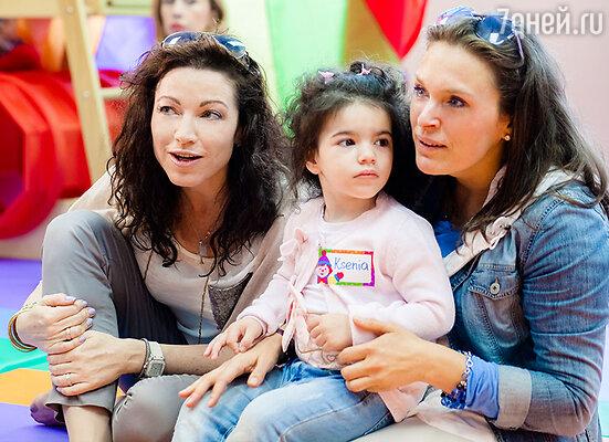 Алена Хмельницкая с дочкой и Марина Могилевская