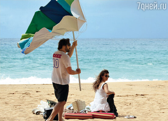 Вскоре после свадьбы уже беременная Пенелопа отправилась на Гавайи вместе с Бардемом (который как коршун охранял жену от чужих глаз) досниматься в фильме «Пираты Карибского моря: На странных берегах». Июль 2010 г.