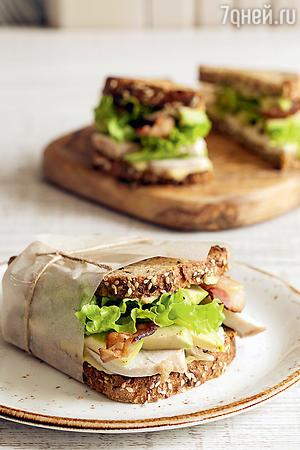 Роскошный бутерброд с курицей, беконом и авокадо