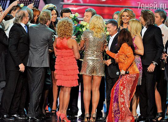 Лева принимает поздравления от гостей на праздничном концерте, посвященном его 70-летию
