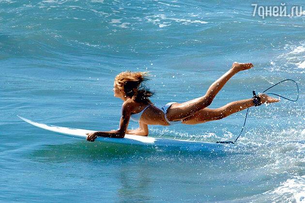 Камерон Диаз на серфинге
