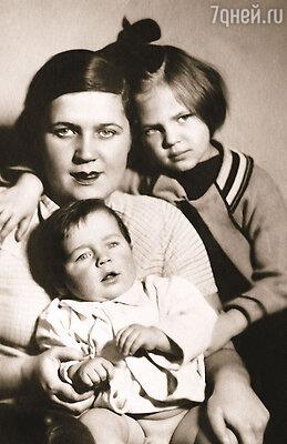 У меня были прекрасные родители и любимый брат. (Александра с мамой и младшим братом Робертом)
