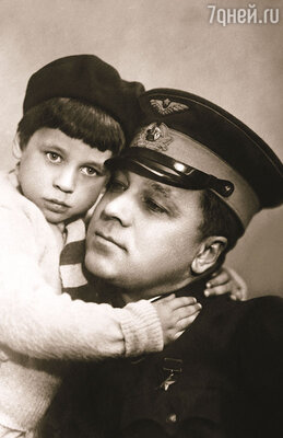 Мой папа Анатолий Ляпидевский был знаменитым полярным летчиком. (На фото: с сыном Робертом)