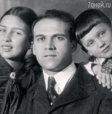«В нашей семье почти все мужчины оказались расстреляны, а женщины — в тюрьмах и лагерях. Маму арестовали, когда мне было 4 года. Она просто исчезла из моей жизни. А папу каким-то чудом эта участь миновала».Саша с отцом Наумом Яковлевичем и сестрой Еленой. 1938 г.