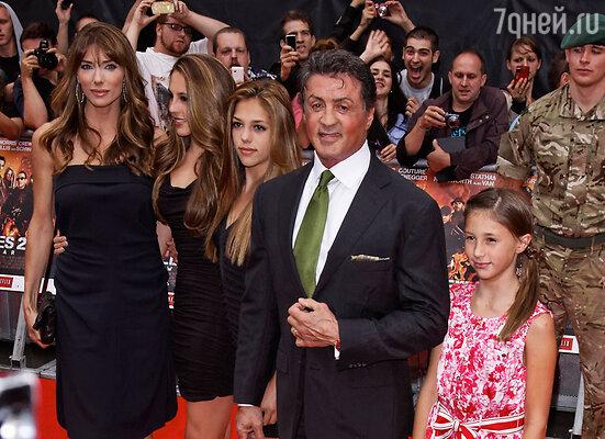 Сильвестр Сталлоне с женой Дженнифер Флавин и дочерьми Софией, Систин и Скарлет