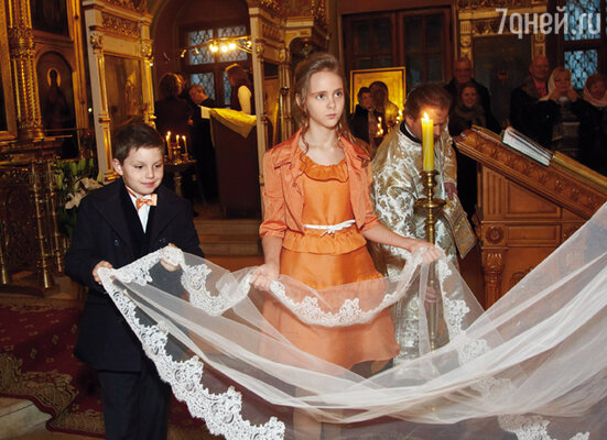 Честь поддерживать фату Ольга доверила дочери Татьяне и крестнику Артему