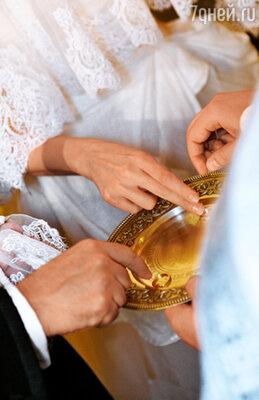 Венчальные кольца Ольга заказала традиционные: мужу — золотое, себе — серебряное