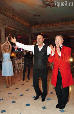 Николай аплодирует жене в компании Вячеслава Зайцева. Именно у своего старого знакомого Николай заказал костюм для торжества