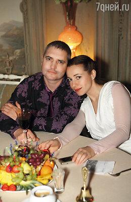 Катя Гусева вырвалась на венчание своей коллеги по театру только после спектакля. С мужем Владимиром
