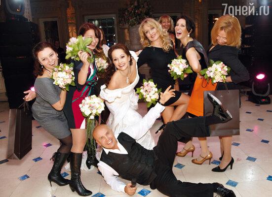 Искренне заботясь о счастье всех своих подруг, Ольга приготовила для каждой из них по заветному букетику. Среди охотниц за счастьем — коллеги невесты — актрисы  Марина Королькова (крайняя слева), Алиса Признякова и Алика Смехова