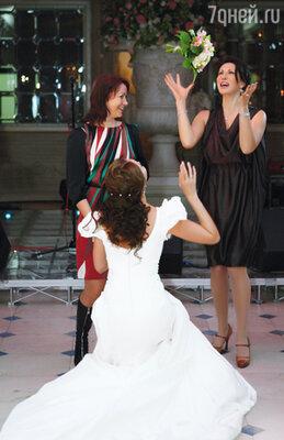 Охота за букетом невесты: Алика Смехова в долях секунды от заветного трофея
