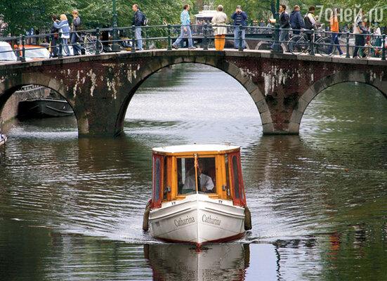 Жизнь амстердамцев тесно связана с водой. Частенько, придя домой с работы, горожанин собирает в корзинку нехитрую снедь и отправляется на свою лодку... ужинать прямо на воде