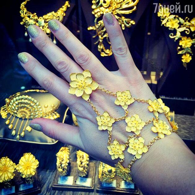 Нетребко с гордостью продемонстрировала эксклюзивное золотое украшение, которое ей подарил в Гон-Конге любимый муж