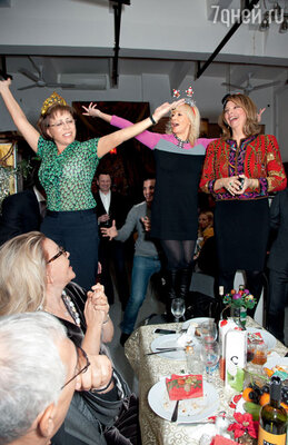 На новогодней вечеринке у Рождественской зажигают Ирина Роднина и Оксана Пушкина. Аплодирует Ирина Разумова