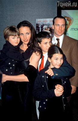 С мужем Полом Куолли, дочерьми Сарой Маргарет, Рэйни и сыном Джастином. 1999 г.