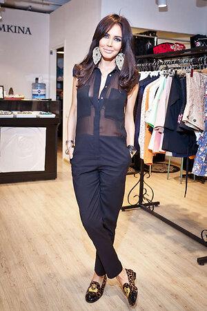 Мария была одета в стильный черный комбинезон от бренда TAGO