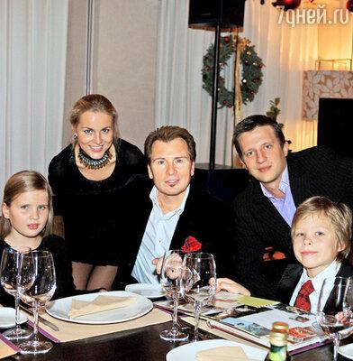 Александр Малинин с детьми (в центре)