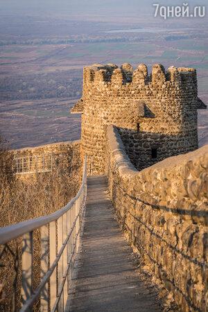 Стены Сигнахской крепости уцелели по сей день и окружают старую часть города, выходя далеко за городские границы