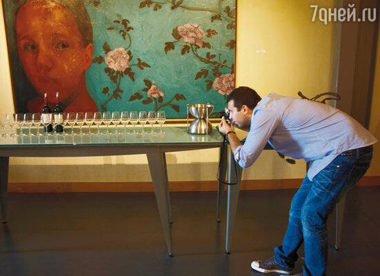 Ургант на протяжении всего путешествия практически не расставался со своим фотоаппаратом, снимая все подряд: виноградники, винные погреба, бочки, бутылки и даже бокалы. Шато Линч-Баж