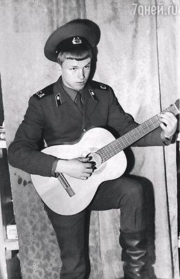 Миша, при том что служил, успевал и в художественной самодеятельности участвовать, и рассказы писал, и песни подбирал