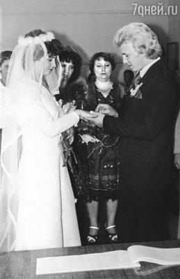 Денег на свадьбу у нас было совсем немного. Но как-то исхитрились. Пригласили всю родню...