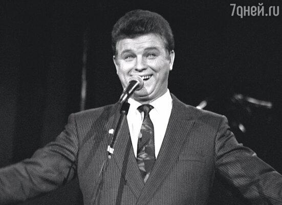 Миша ведь не по прихоти своей в Москву собрался. У него талант был. Я это видела, потому и отпустила. На фото: выступление на «Голубом огоньке »
