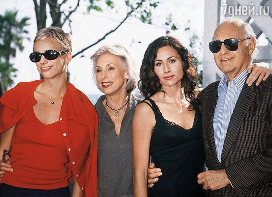 Развод прошел тихо и мирно. Гейнор, мать Минни, даже позволила бывшему мужу общаться с дочерьми... Кейт и Минни с родителями