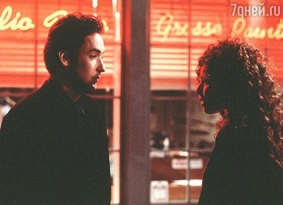 Кьюсак был красив, сексуален и необычайно умен. Поначалу он показался Минни легкой добычей. Кадр из фильма «Убийство в Грос-Пойнте», 1997 г.