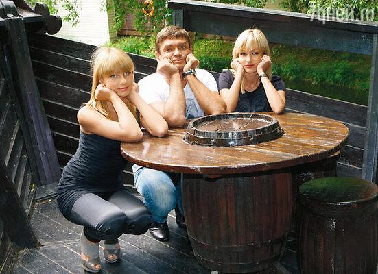 Игорь с дочерью Анастасией (слева) и подругой Еленой