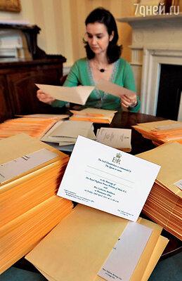 Для упаковки 1900 свадебных приглашений  наняли специальных помощников