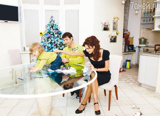 Дмитрий: «Сумасшедшая мамаша» — это про Ольгу. У Елисея — две няни, но Ольга все контролирует. Что ребенок ест, во что одет, когда нужно показаться врачам...»